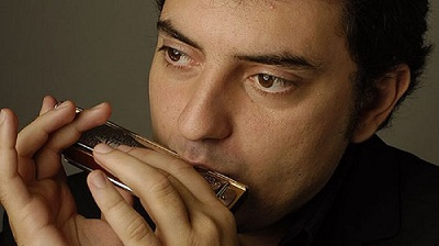 Antonio Serrano playing the harmonica